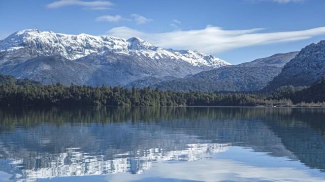 El lago Futalaufquen es de origen glaciar, tiene 44 kilómetros cuadrados y una profundidad máxima de 150 metros.