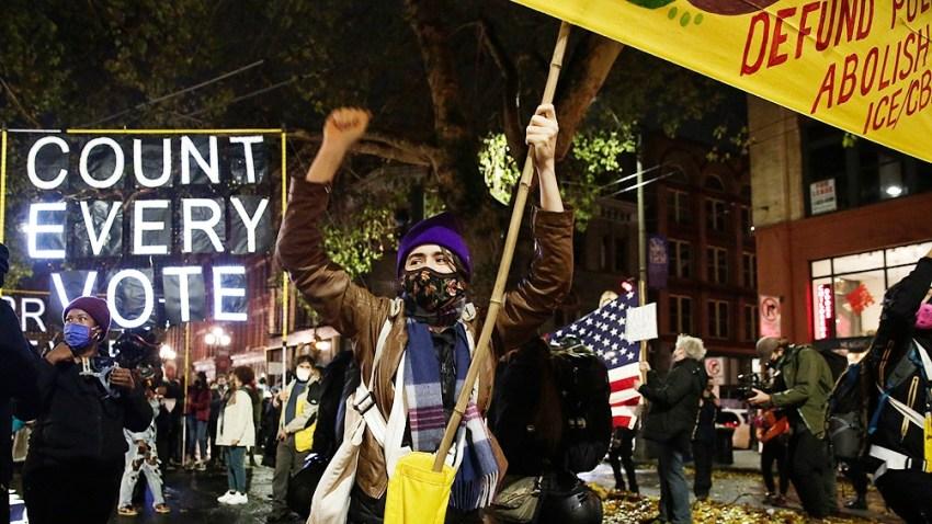 En la noche de las elecciones, manifestantes demócratas reclamaban que se contara cada voto.