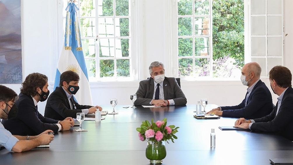 """Esta mañana el Presidente analizó con Kicillof y Larreta pasar de """"aislamiento"""" a """"distanciamiento"""" en el AMBA."""