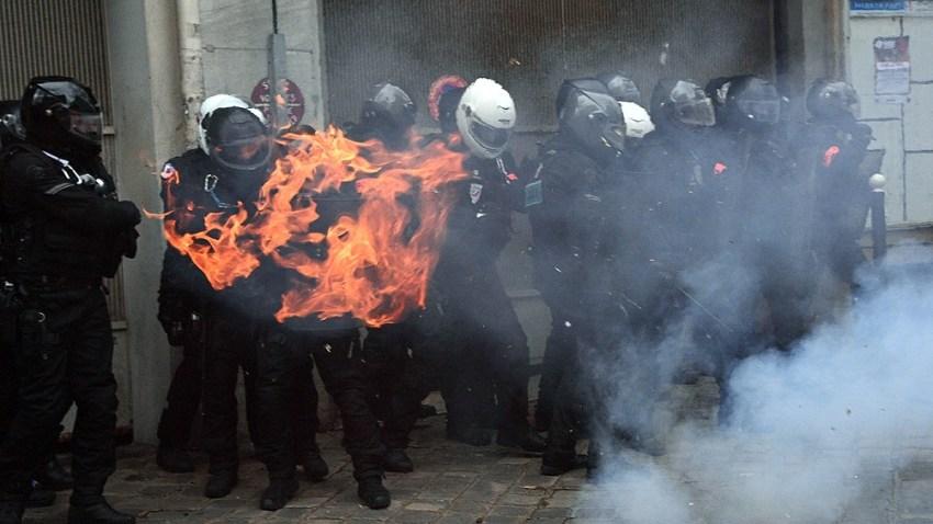 """Entre los miles de manifestantes había activistas del movimiento de los """"chalecos amarillos""""."""