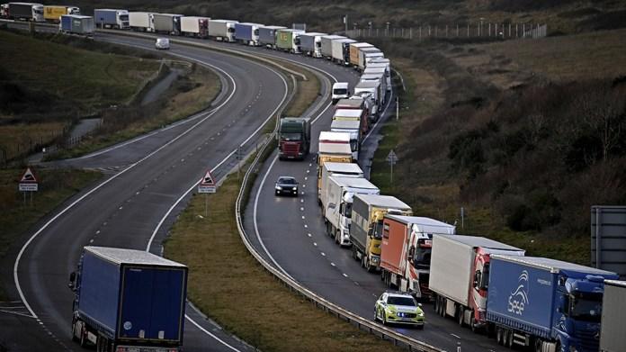 Miles de camiones aguardan que se vuelva a permitir la circulación por el Eurotunel que conecta al Reino Unido con el continente.