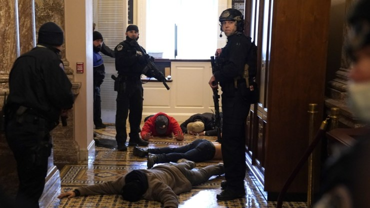 La alcaldesa demócrata de la ciudad de Washington decretó un toque de queda para la capital a partir de las 18.