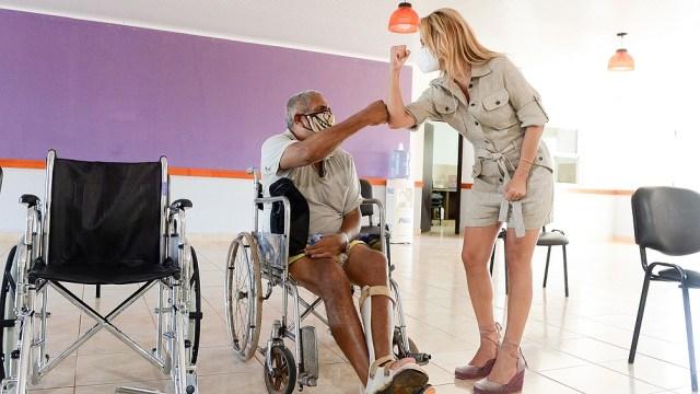 Yañez hizo entrega de dos sillas de ruedas a personas que no tenían la posibilidad de acceder a las mismas