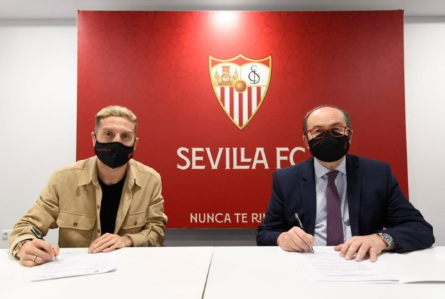 Gómez ya firmó su contrato con el Sevilla, tras su salida de Atalanta (foto: @SevillaFC)
