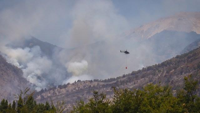"""El incendio en Cuesta del Ternero, en cercanías de El Bolsón, Río Negro, permanecía """"contenido"""" este sábado."""