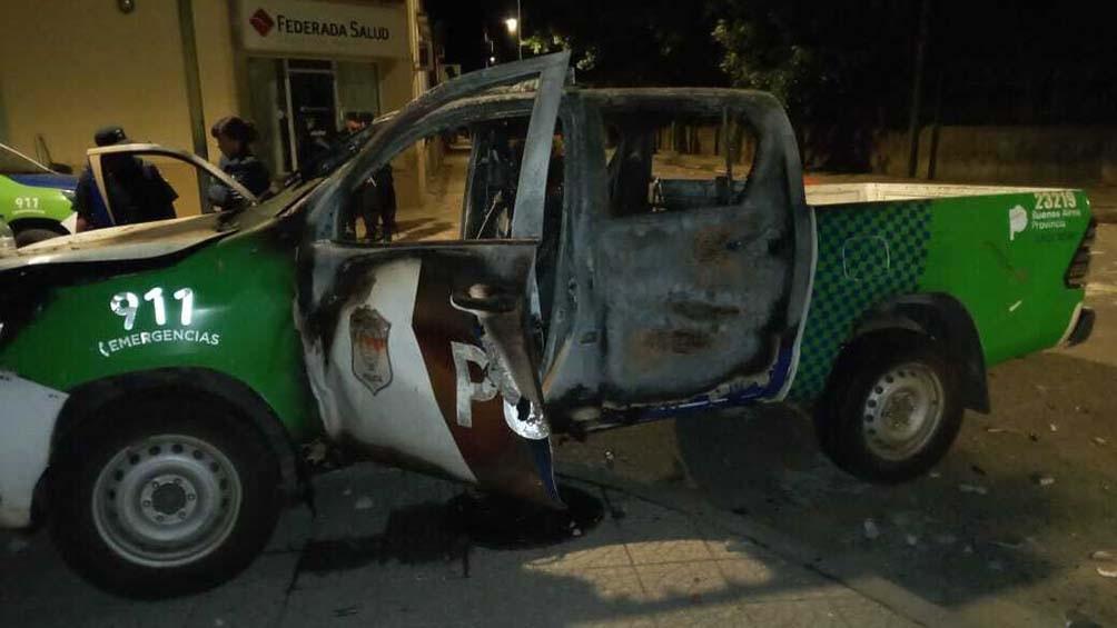 En el marco de la protesta, una camioneta policial Toyota Hilux que estaba estacionada frente a un colegio, fue incendiada y empujada contra el edificio policial.