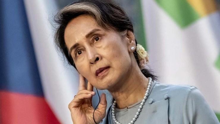 Suu Kyi, la candidata electa comienza su séptimo mes de arresto domiciliario, acusada de varios delitos.