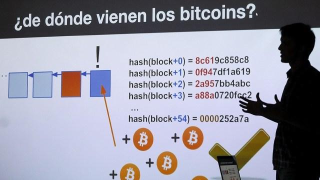 """La invención de la tecnología blockchain (en español cadena de bloques) y su vínculo estrecho e indisoluble con la criptomoneda """"Bitcoin"""" marcan el inicio del siglo XXI."""