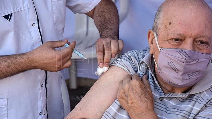 """Existen once vacunas aprobadas para """"uso de emergencia"""" en el mundo que se están aplicando en forma masiva."""