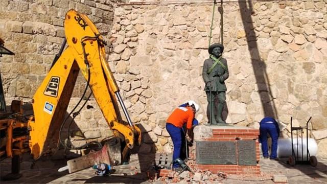 """La remoción de la estatua tuvo lugar """"en conformidad a la ley sobre la memoria histórica"""""""