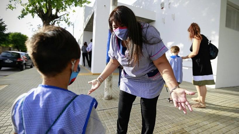 Mas de 45 mil docentes y auxiliares bonaerenses que son parte de los grupos prioritarios ya recibieron la primera dosis.