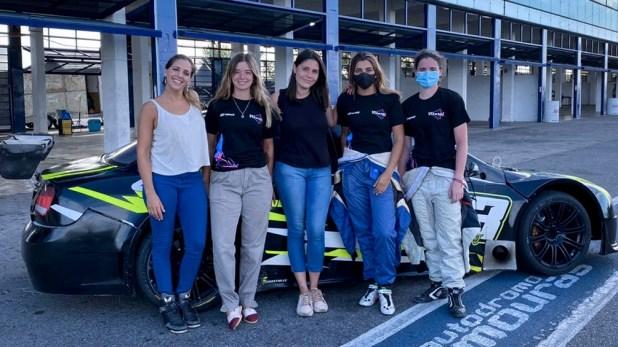 La ingeniera Estefanía Onofrio, la mecánica Mile Ferrandis, Tamara Vital (jefa de equipo) y las pilotas Valentina Funes y Agustina Mattio, antes del debut.