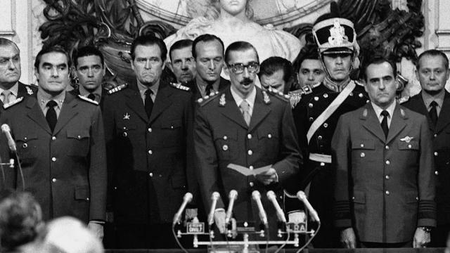 Los comandantes generales del Ejército, Armada y Fuerza Aérea, Jorge Rafael Videla, Emilio Eduardo Massera y Orlando Ramón Agosti, se invistieron como los nuevos titulares del Ejecutivo al conformar la Junta Militar