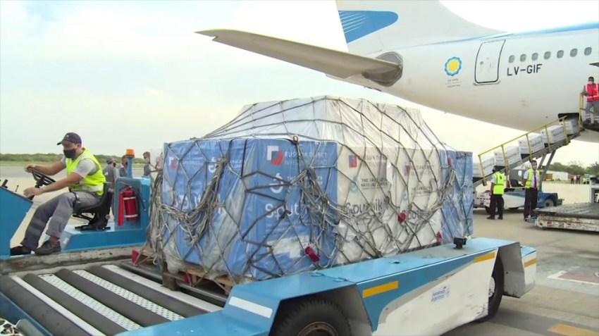 El octavo vuelo de Aerolíneas Argentinas que trajo 500 mil dosis de vacunas Sputnik V.
