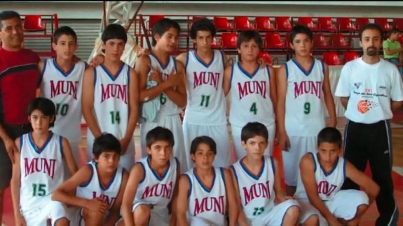 El equipo de Municipal con Campazzo, agachado al final de la formación (ImagenTv)