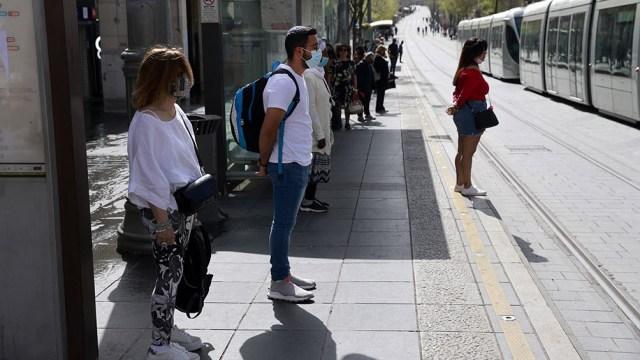 Los israelíes se reunieron frente a las tiendas y oficinas, al igual que los estudiantes en todas las escuelas y universidades.