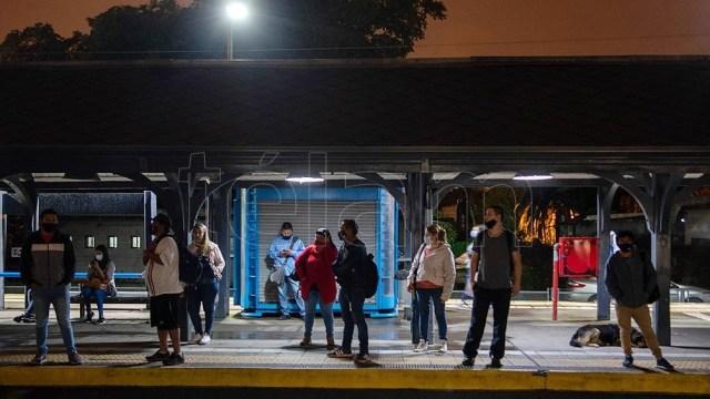 Escaso movimiento de trabajadores a las 6 en la zona de la estación de Quilmes.