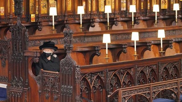 La reina, que cumplirá 95 años el próximo miércoles, se sentó sola cerca del altar.