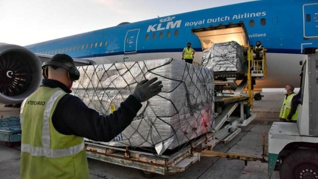 Los dos cargamentos del Fondo Covax llegaron en aviones de KLM.