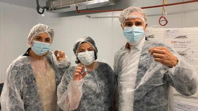 La ministra Vizzotti junto a los directivos de Laboratorios Richmond presentaron la primer producción de la vacuna Sputnik V en nuestro país.