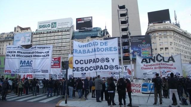 Sectores del FIT junto a trabajadores de empresas en conflicto y desocupados se concentraban esta mañana en torno a la Plaza de la República