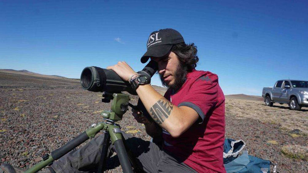 El biólogo Carlos Roesler en acción.