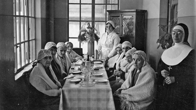 """""""Casa de señoras ancianas de la Sociedad Damas de la Misericordia, 1936"""". Archivo General de la Nación, Fondo Acervo Gráfico, Audiovisual y Sonoro."""