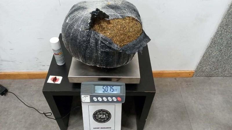 El paquete resultó contener marihuana, cuyo pesaje fue de 5,075 kilogramos