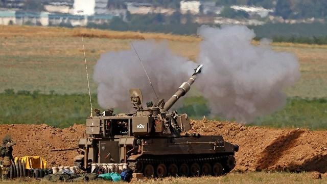 Los tanques israelíes dispararon contra tierras y hogares palestinos en el sur y el norte de la Franja de Gaza.