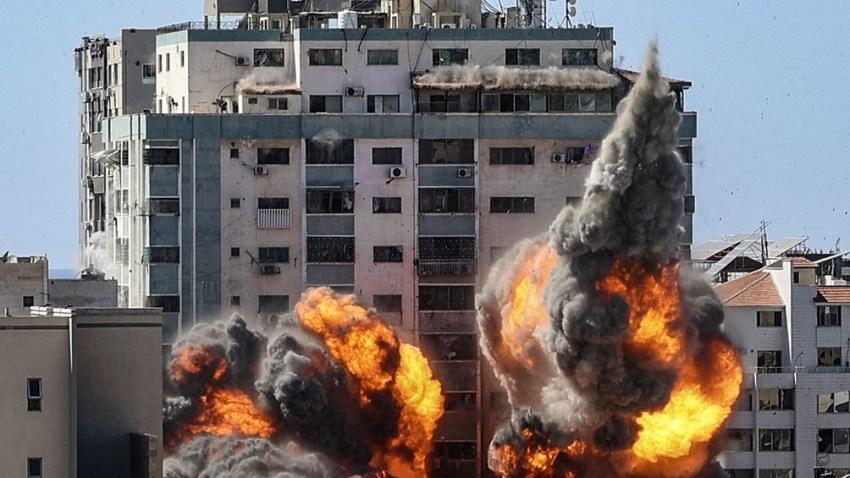 Israel cosechó críticas internacionales por bombardear y destruir un alto edificio de Ciudad de Gaza donde tenían sus oficinas la agencia de noticias estadounidense The Associated Press y la cadena de noticias qatarí Al Jazeera.