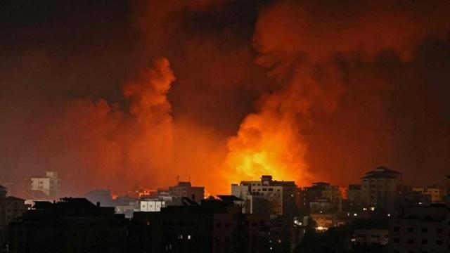 Aviones militares israelíes atacan Gaza el lunes a la madrugada.