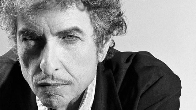 Hace 80 años nacía en Minesota, Robert Allen Zimmerman, el hombre que bajo la identidad de Bob Dylan revolucionó la cultura popular contemporánea.