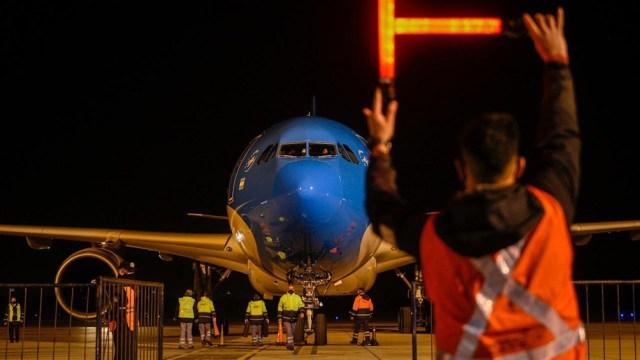 El avión de Aerolíneas que transporta el nuevo lote.