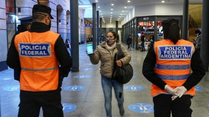 Quienes viajen en transporte público deberán exhibir el permiso que los habilita a circular