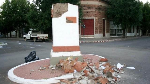"""El 2 de febrero de 2011 Salliqueló amaneció con la noticia de la destrucción del """"Monumento a la Libertad"""" (Foto Heberto Molina- Veradia)."""