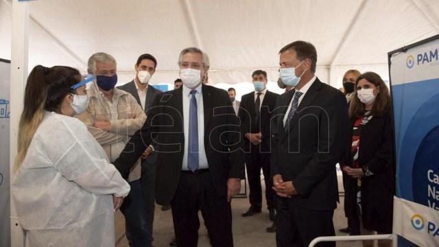 Alberto Fernández saludó al personal de la salud al ingresar a la sede del PAMI.