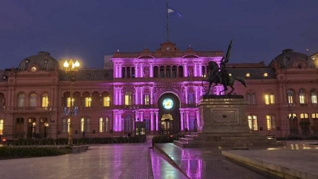La Casa de Gobierno fue iluminada para conmemorar el sexto aniversario de la conformación del colectivo Ni una Menos.