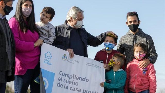 Alberto Fernández anunció lotes para viviendas en Mercedes.