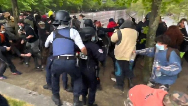 La policía intervino cuando empezó el toque de queda y recibió proyectiles de los participantes