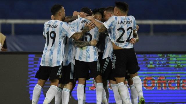 Argentina mejoró su juego del comienzo del duelo ante Chile y festeja en el entretiempo una victoria trabajada y merecida
