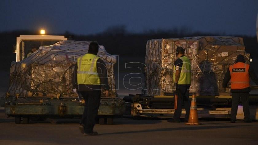 El avión transportó 934.200 dosis.
