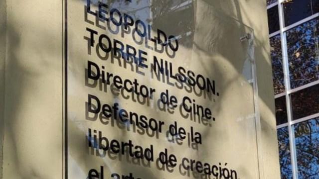 La placa que se verá en la plazoleta ubicada en la Avenida Madero esquina Viamonte.