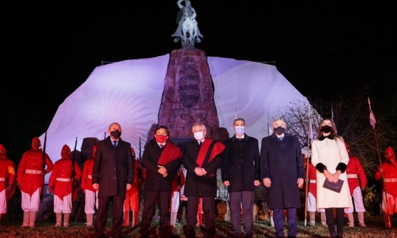 La ceremonia comenzó pasadas las 23.30, en el monumento en honor al general Güemes, ubicado en el pie del cerro San Bernardo.