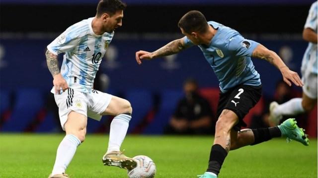 Messi, de gran comienzo en el duelo ante Uruguay (foto: AFP)