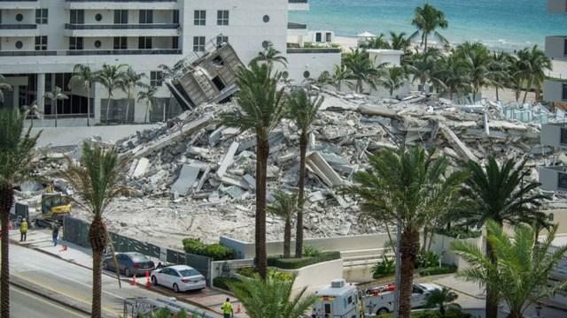 """Antes del derrumbe, los servicios de emergencia recibieron varias llamadas de residentes del Champlain Towers informando una """"explosión""""."""