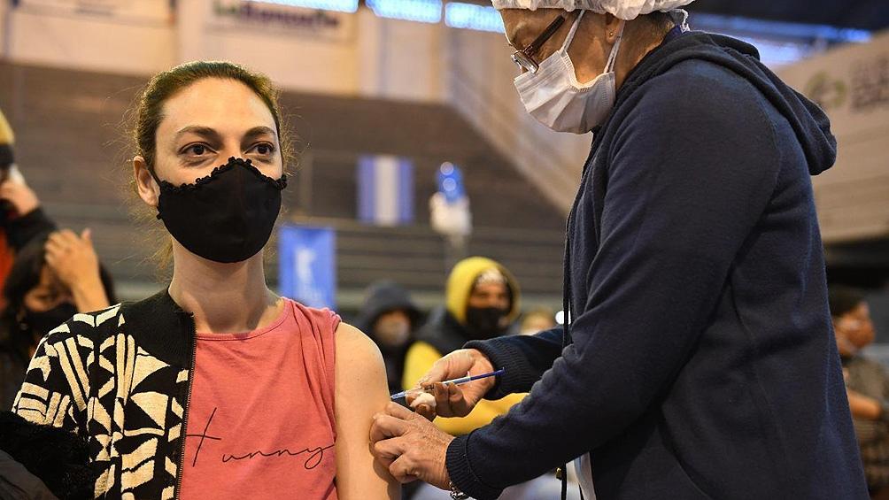 """Cafiero ratificó que """"las vacunas no se vencen"""" y apuntó que """"lo que hace el refuerzo es terminar el ciclo de inmunización""""."""