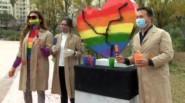 La participación de las celebridades se llevó adelante en la plaza Clemente, en el barrio porteño de Colegiales, donde pintaron la escultura con los colores de la bandera de la diversidad.