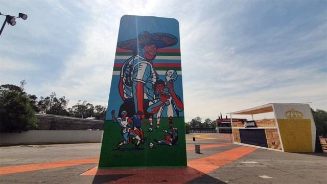 El impactante mural que inmortaliza a Maradona en el Estadio Azteca.