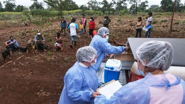 Los mbyá guaraníes recibieron la vacuna Astrazeneca, debido a que tiene una cadena de frío más amigable. Foto: Germán Pomar