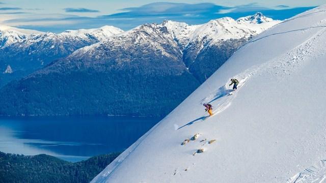La presencia de nieve artificial generada por cañones permite garantizar el inicio de actividades.